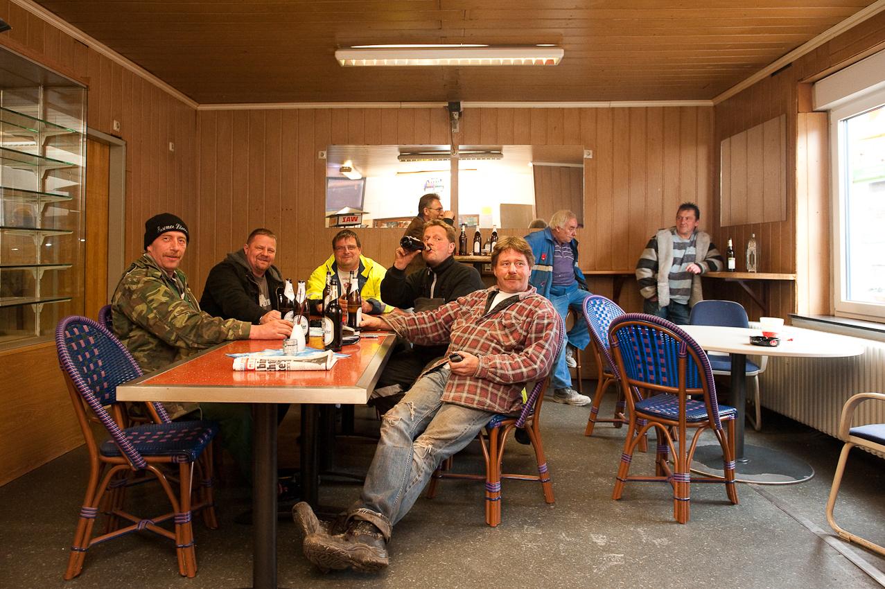Manni und seine Kumpels beim Feierabendbier in Ihrem Stammkiosk in einer Wohnsiedlung in Essen-Katernberg