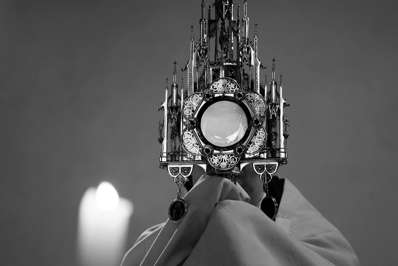 18 Uhr - katholischer Gottesdienst in lateinischer Sprache. Pater Andreas Fuisting halt die Messe im außerordentlichen Ritus in einer Kapelle im Seitenflügel. Wie jeden Freitag.