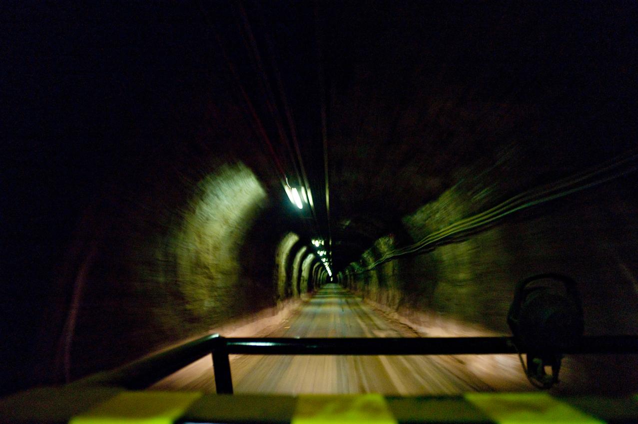 Schacht Konrad in 1000 Meter Tiefe, die Durchfahrt hat etwas von einer Darmspiegelung. Wird sind auf den Weg zu den neu gegrabenen Strecken, die den Atommuell auf nehmen sollen.