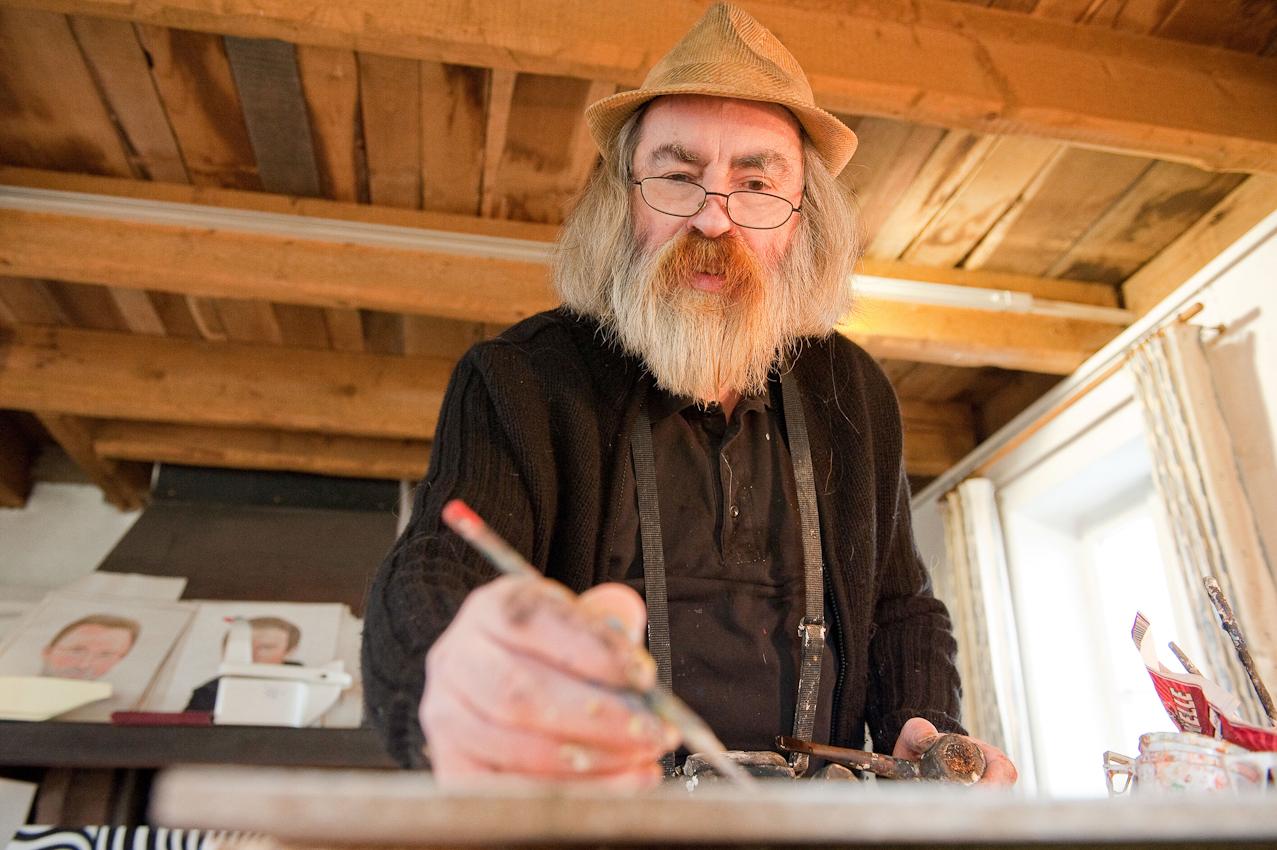 Der Kunstmaler Hans-Georg Bergenthal arbeitet in in einem alten Speicher hinter dem Heimat- und Schiefermuseum in Schmallenberg-Holthausen. - Dieses Bild wurde am 07.05.2010 um 14:29:06 Uhr in Schmallenberg-Holthausen (Sauerland, Deutschland) aufgenommen.