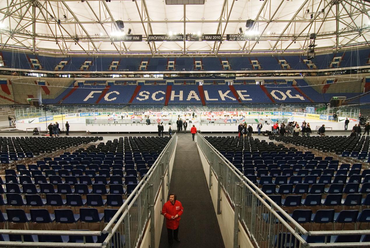 Die Fussball-Arena von Schalke 04 wurde zu einem Eishockey-Stadium umfunktioniert. Plan der Organisatoren der IIHF Eishockey WM war es das Eröffnungspiel am 7.Mai 2010 vor einer Weltrekordkulisse von knapp 78.000 Zuschauern stattfinden zu lassen.  Im anschließenden ersten Gruppenspiel gewann Deutschland sensationell mit 2:1 gegen die USA.