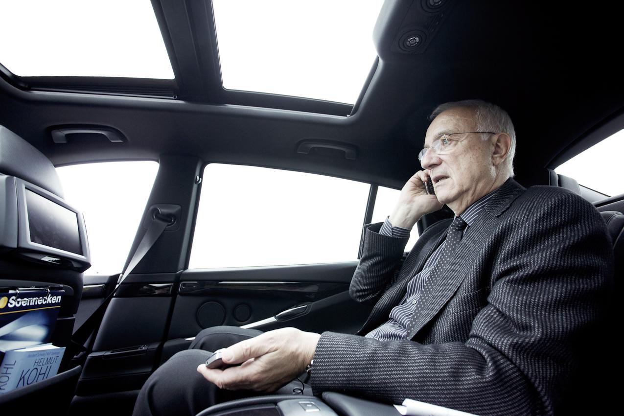 Dr. h.c. Fritz Pleitgen (Vorsitzender der Geschäftsführung der RUHR.2010 GmbH) auf dem Rückweg in sein Büro. Auch wenn es sich um private Gespräche handelt, gibt es kaum Pausen fur das Gesicht der Kulturhauptstadt.
