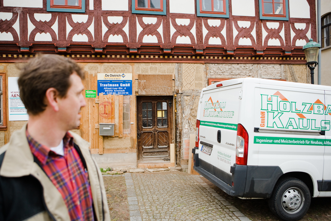 Das Haus Pfarrhof 1 in Arnstadt aus dem Jahre 1582 hat eine wechselvolle Geschichte und war stark sanierungsbedürftig, als wir es 2005 erwarben. Die letzten 120 Jahre vor der Wende befand sich in dem Gebaude eine Handschuh-Manufaktur, danach stand es leer. Thorsten Reimer ist Zimmermann und Tischler. Er verfügt über das Spezialwissen eines in der Denkmalpflege geschulten Handwerkers.