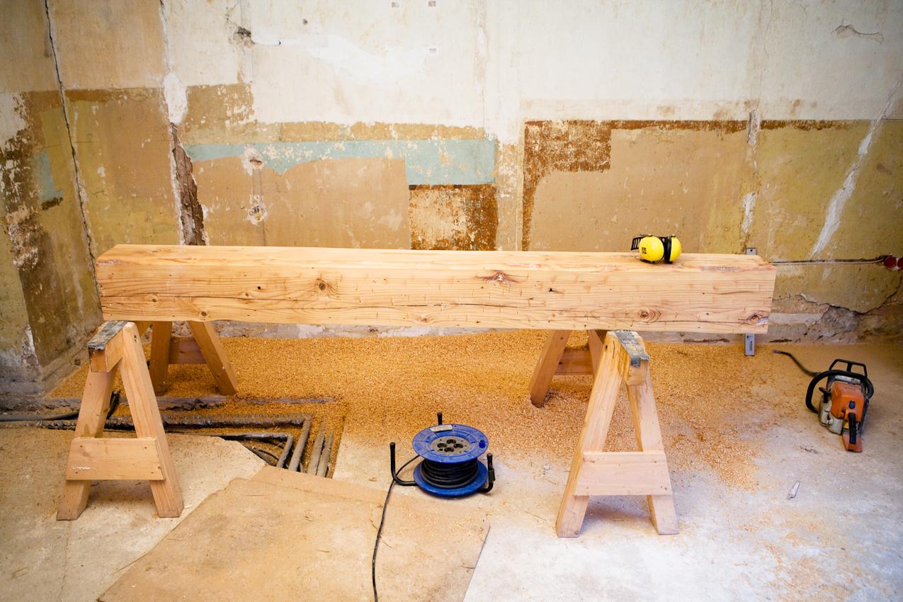 Sanierung eines Fachwerkhauses von 1582 in Arnstadt, Thüringen. Dieser Balken ist mindestens 200 Jahra alt. In Farbe, Patina und Qualität ist das alte Fichtenholz mit modernem schnellwachsendem und expressgetrocknetem Holz nicht zu vergleichen.