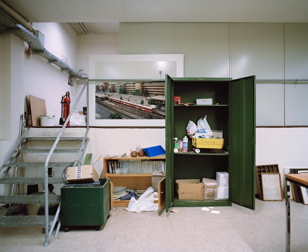 Kellerraum der Verwaltung Hornschuchpromenade 11-13, mit einem Architekturfoto des Neubaus in der Fürtherstraße. Dort befand sich bis 1991 der Versand und bis zur Schließung 2009 ein Quellekaufhaus.
