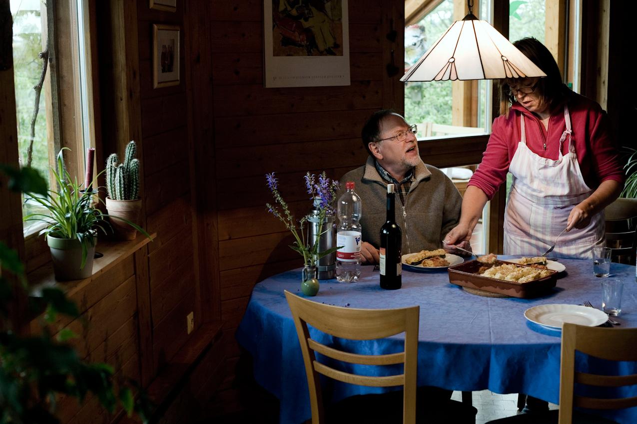 Ein Ehepaar, beide Lehrer, er im Ruhestand und sie im Sabbatjahr, befinden sich in ihrem Haus in Grünsfeld und haben sich gerade ihr Mittagessen gekocht.