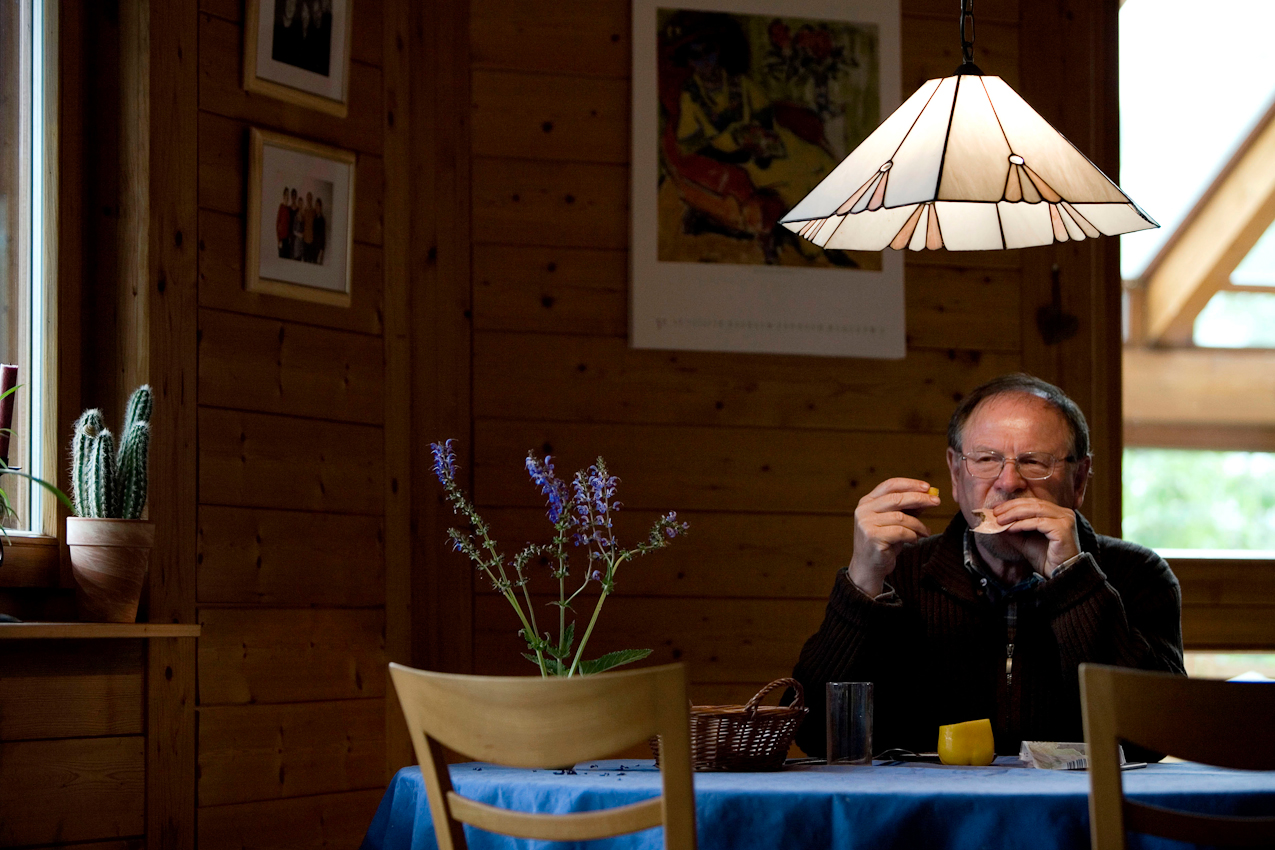 Ein Ehepaar, beide Lehrer, er im Ruhestand und sie im Sabbatjahr, befinden sich in ihrem Haus in Grünsfeld. Während er Hunger bekommen hat und Brotzeit macht, sitzt sie am Computer und versucht Neues zu lernen.