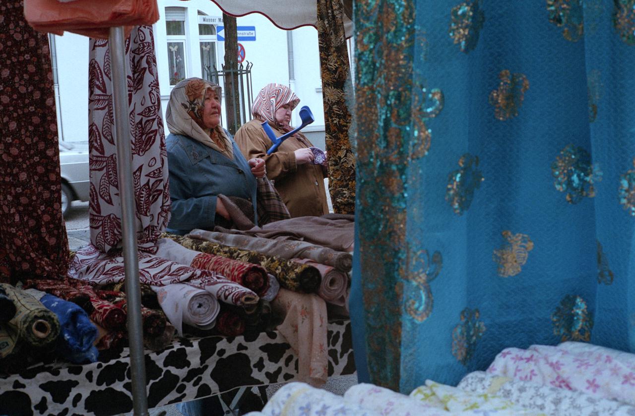 Türkinnen am Marktstand mit Stoffen auf dem Wochenmarkt in Herne-Crange.