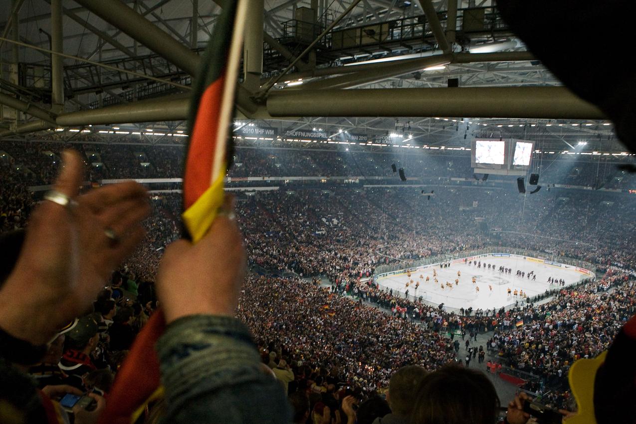 Weltrekord! Nie zuvor hat ein Eishockeyspiel vor 77.803 Zuschauern stattgefunden. Die Stimmung ist phantastisch.