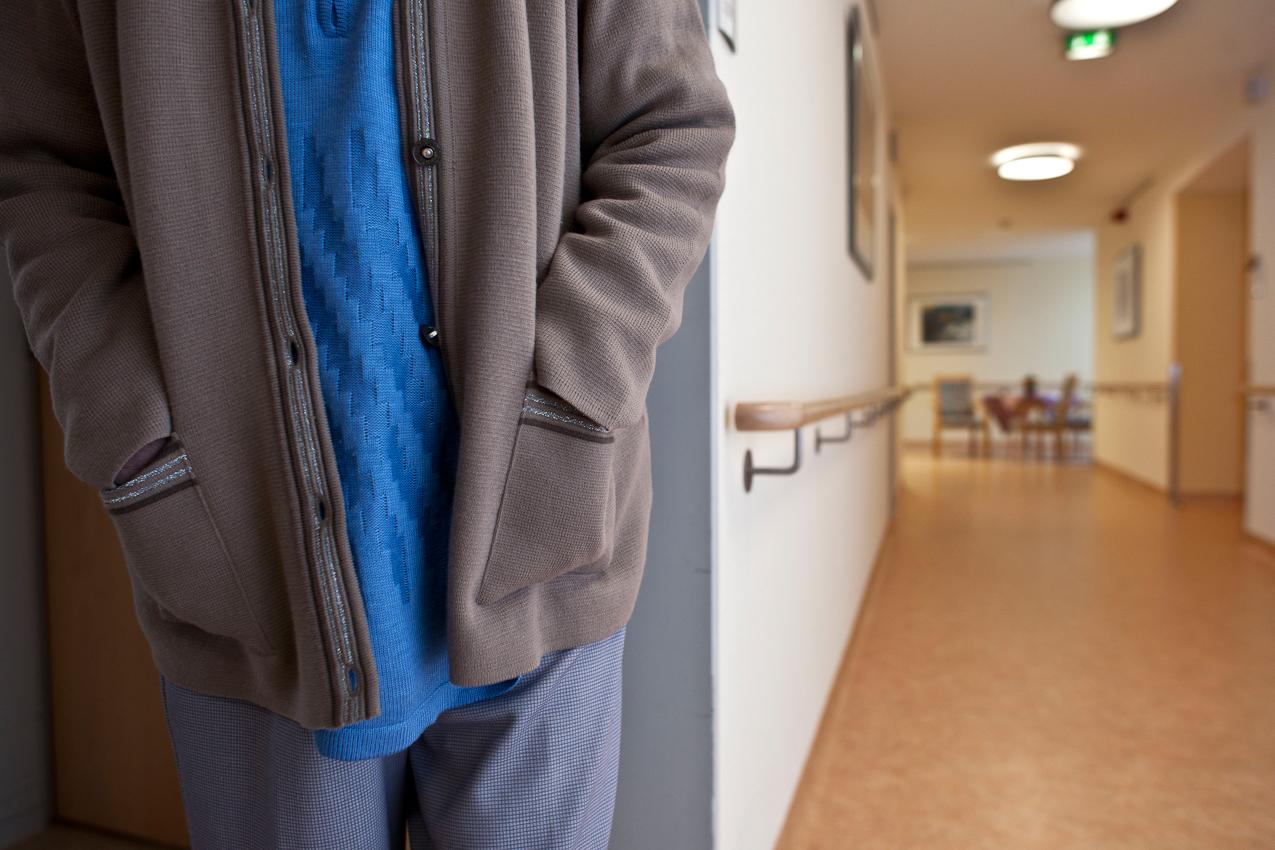 Ein Bewohner steht auf dem Flur der Pflegestation des Seniorenstiftes. Die in den Altenheimen Deutschlands neu aufgenommenen Menschen sind in den letzten Jahren zunehmend dement oder schwerst pflegebeduertig. Das Bild ist entstanden im Kurstift des Kuratoriums Wohnen im Alter in Bad Duerrheim am 7.5.2010.