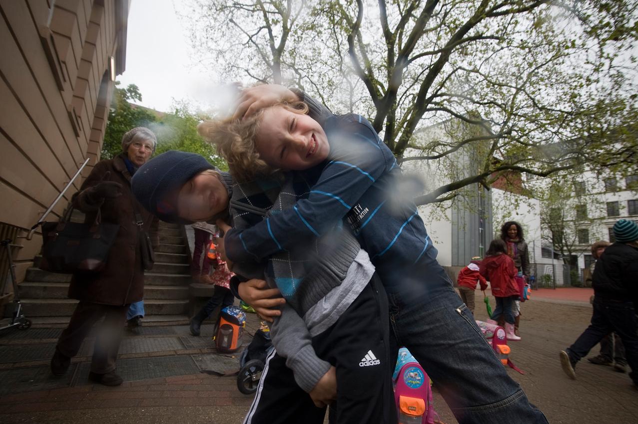 Tom, links und sein Freund Konrad kaempfen eine Runde. Es ist ihre Art, sich in das Wochenende zu verabschieden. Beide Jungs gehen in die vierte Klasse der Hamburger Schule Ludwigstrasse.