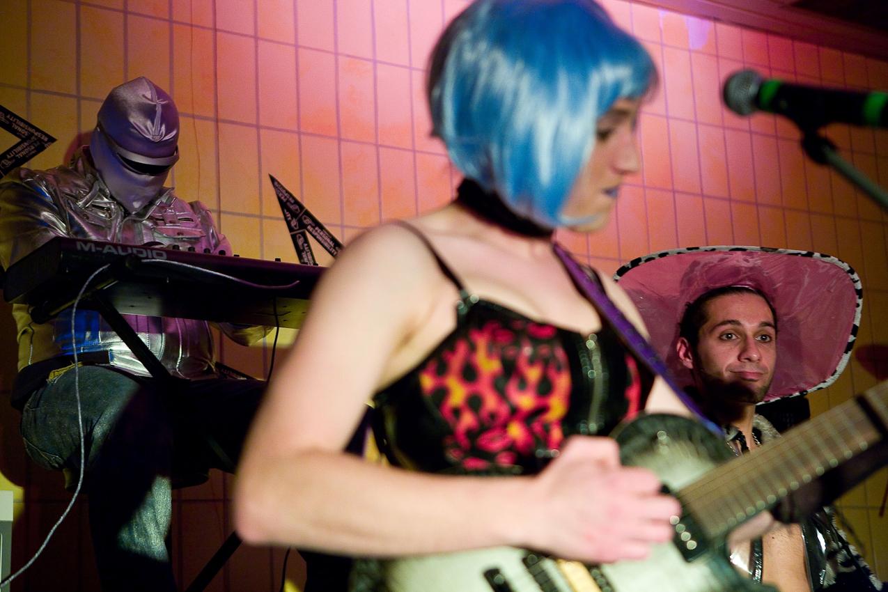 """Am Abend des 07. Mai 2010 spielte die Band der ausserirdischen """"Madmoiselle"""" in der Madcity in der Neusser Strasse 30-32 in Koeln.  Anlass war ein Treffen des Koelner Kreativ Netzwerkes """"Made in Cologne"""". Madmoiselle sind eine sehr junge Band, die aufgrund ihres wirklich aussergewoehnlichen Outfits ein wahrer Hingucker sind. Aufnahmezeitpunkt: 07.05.2010 ,  23:31 Uhr"""