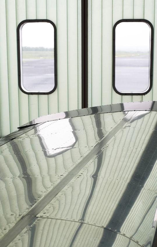 Blick durch die Torfenster in Richtung Startbahn. Flughafen-Dortmund am 07.05.2010.