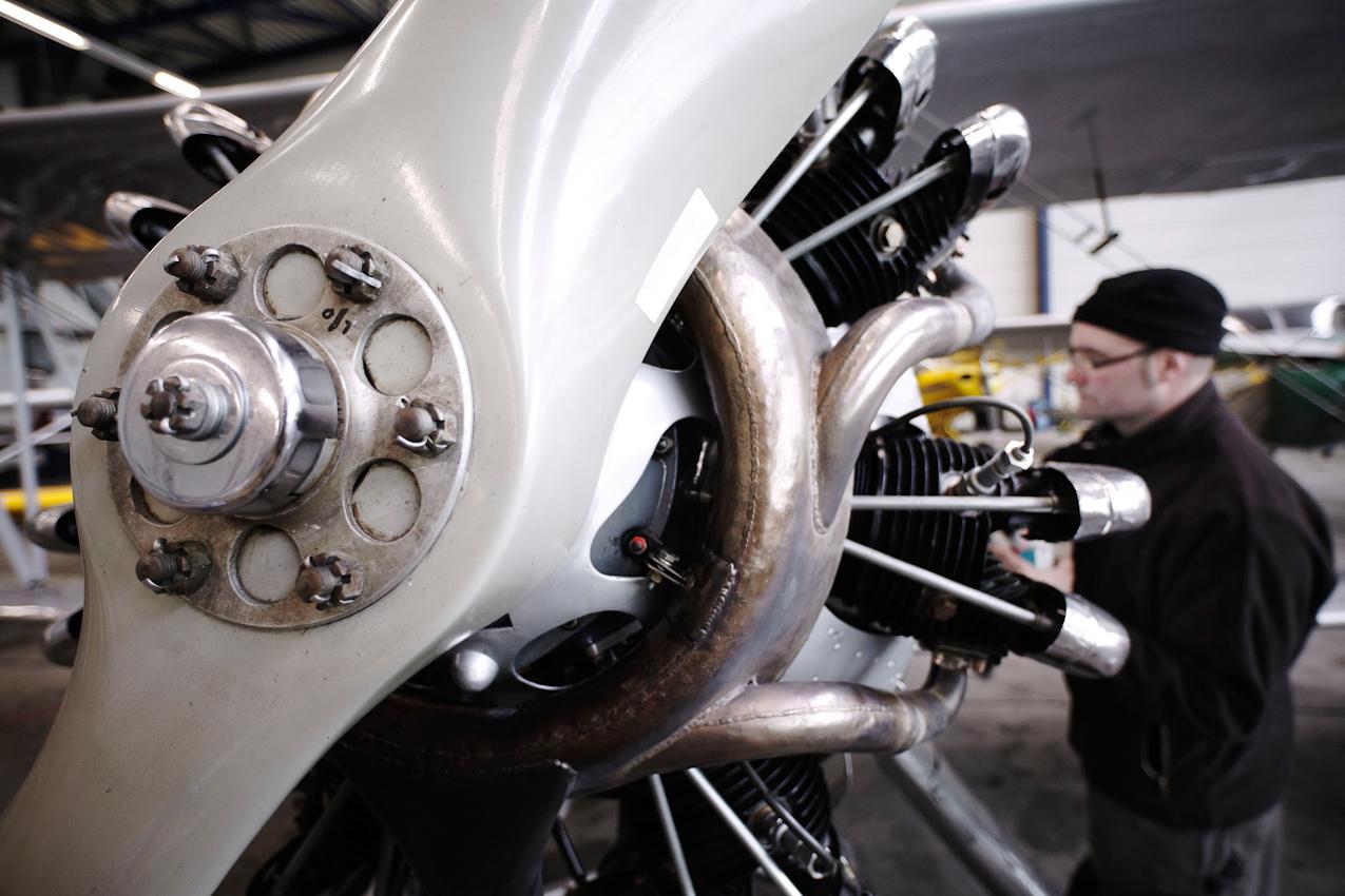 """Wartungsarbeiten an einer FW 44J """"Stieglitz"""" (Baujahr 1940), ausgeführt von Uli Thuer (Quax e.V.). Diese Maschine wurde nachweislich auch von Heinz Rühmann geflogen. Flughafen-Dortmund am 07.05.2010."""