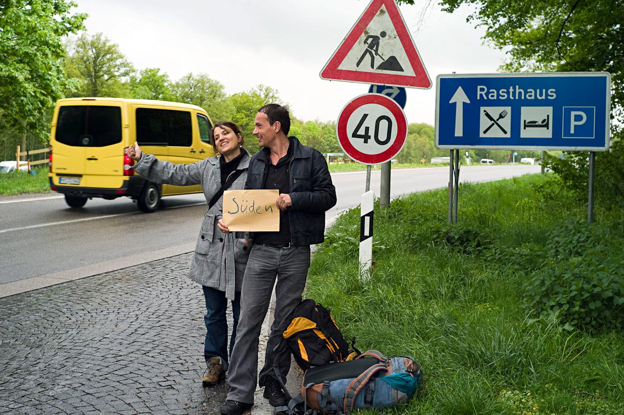Ein Tag durch Deutschland: im Schnelldurchlauf in 8 Stunden trampenderweise von Hamburg zum Bodensee entlang der A7, der längsten deutschen Autobahn. links: Julia Baier, rechts: Kai Schöneberg