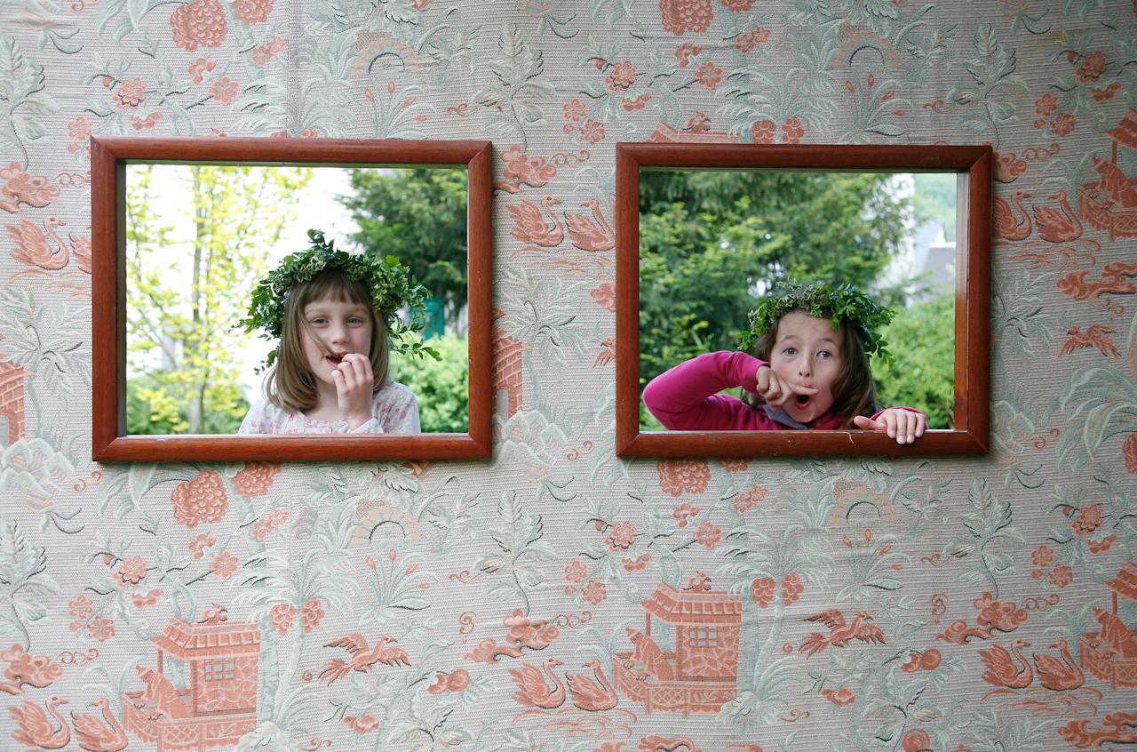 Die beiden Freundinnen Christine und Elli im Pfarrhausgarten in Winningen.
