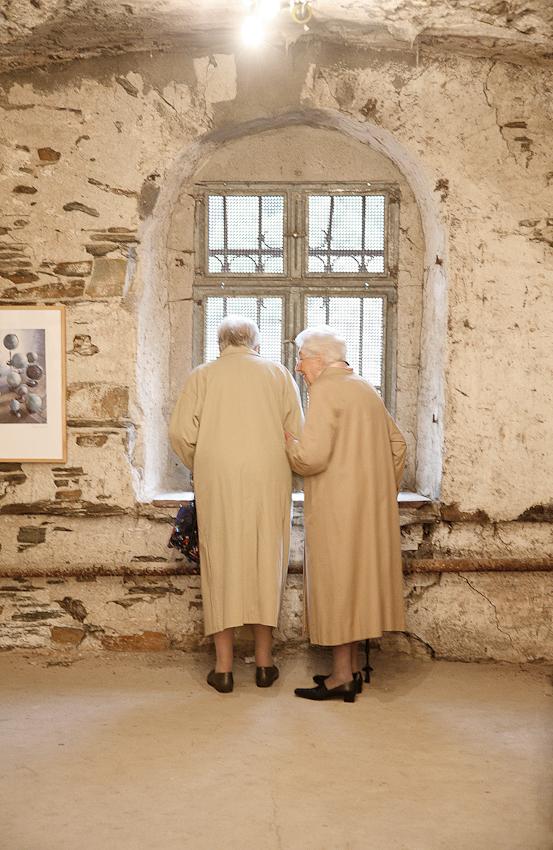 Zwei feine Damen bei einer Ausstellung im ehemaligen Weingut Schwebel anlässlich der Winninger Kunsttage.