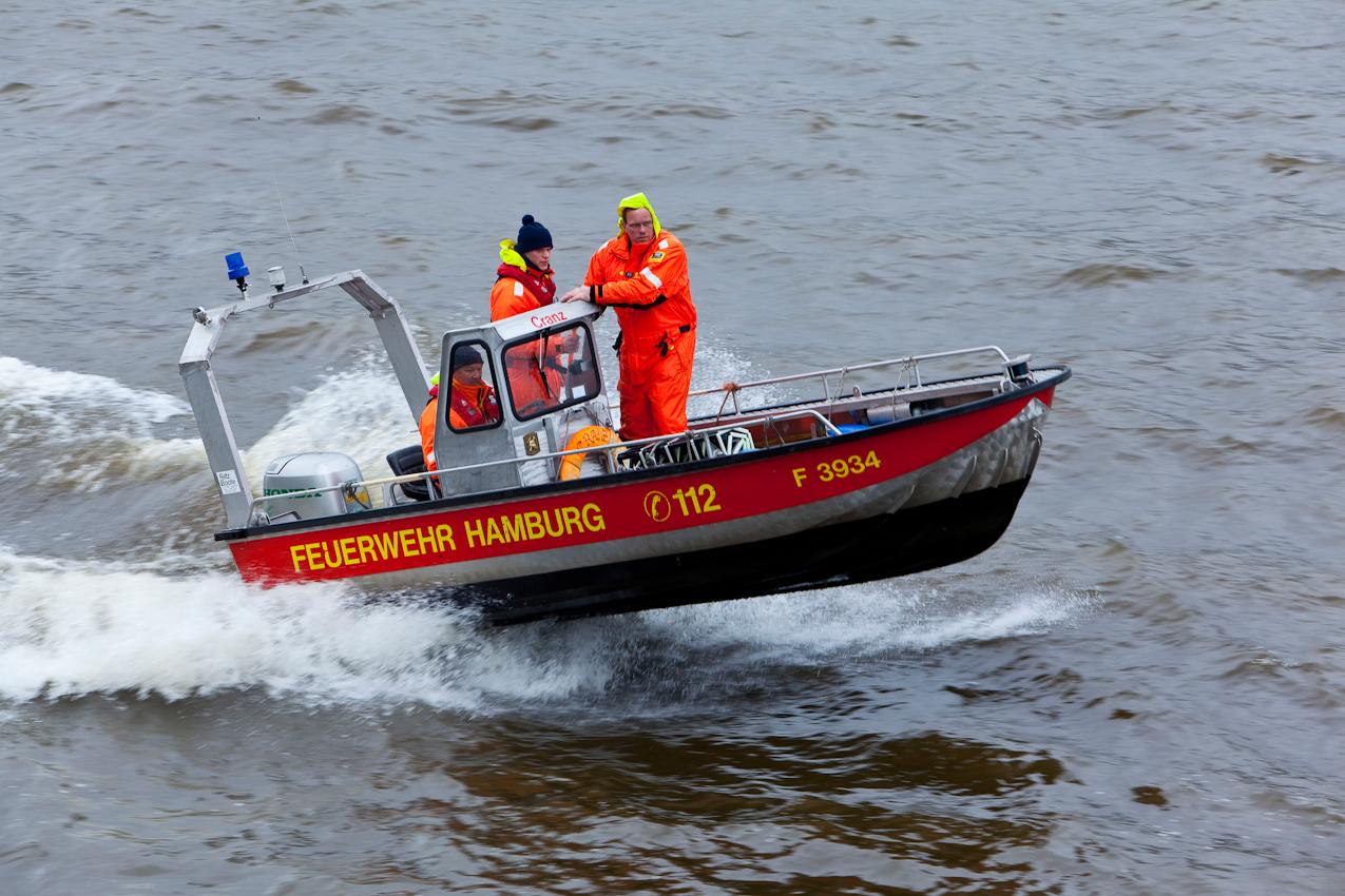 Germany, Deutschland, Hamburg, Hamburger Hafen, Sankt Pauli, Hafengeburtstag 2010, Einlaufparade, 07,05,2010, suedliches Elbufer, Stadtpanorama, maritim, Feuerwehr Boot, schnell