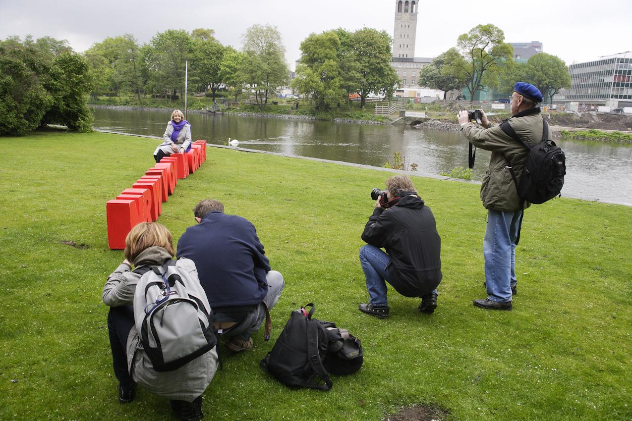 """Hannelore Kraft stellt sich den Fotografen auf auf dem von den SPD JUSOS in Großbuchstaben auf die Wiese gestelltem Slogan: """"NRW von Morgen""""."""