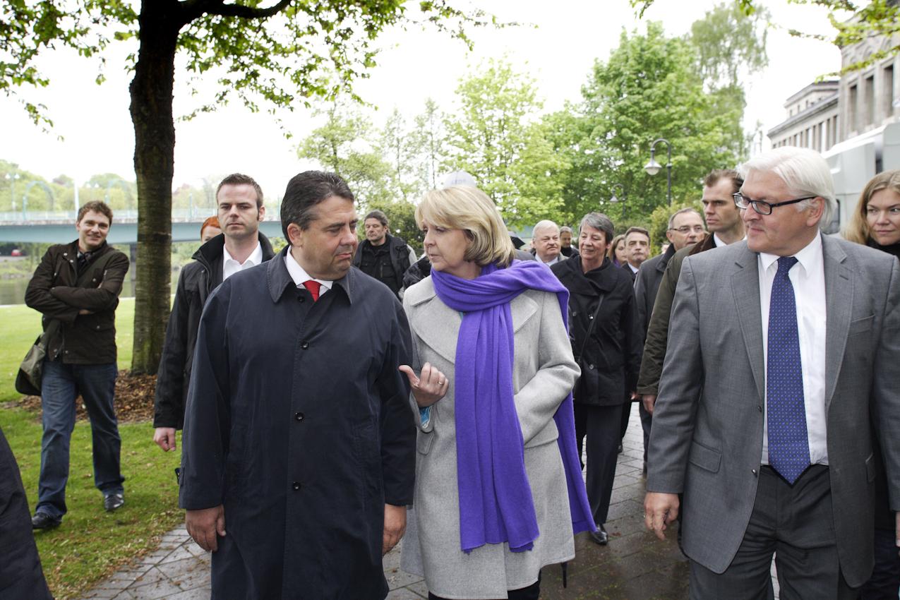 Hannelore Kraft ist mit Sigmar Gabriel, Vorsitzender der SPD, und Frank-Walter Steinmeier, SPD-Fraktionsvorsitzender, auf dem Weg zum Podium.