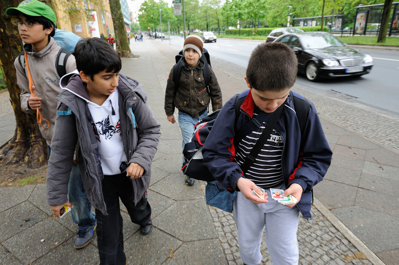 Schüler der Klasse 5e auf dem Weg zum Sportunterricht.