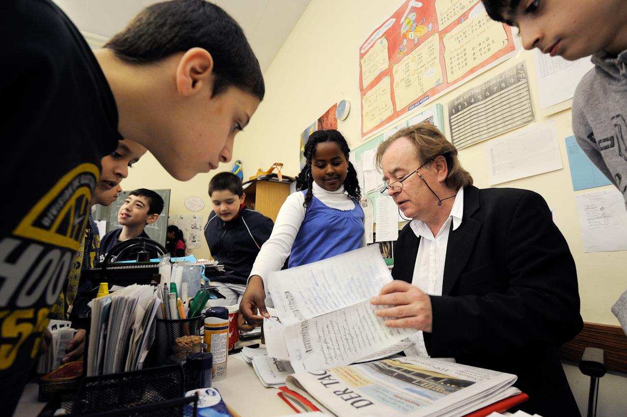 Schüler der Klasse 5e zusammen mit ihrem Klassenlehrer Oscar Pregizer beim Deutschunterricht.