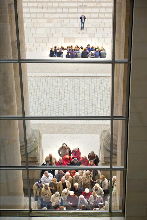 Reichstag, Westeingang. Ältere Besuchergruppe vor dem Eingang des Reichstages. Jugendgruppe im Hintergrund.