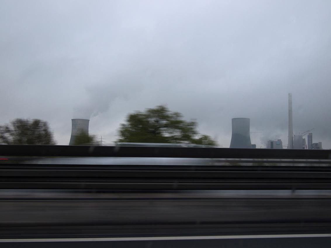 Kraftwerk Westfahlen neben der Bundesautobahn 2 (A2).