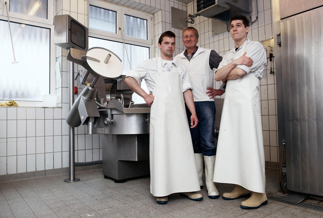 Metzger Harrer mit seinen beiden angestellten Metzgern.