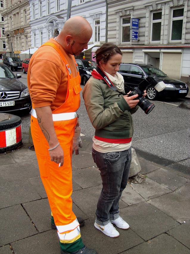 Anne Oschatz (Fotografin) und Robert Szwejk(Stadtreinigung Hamburg) beim Durchgucken der Bilder. Aufgenommen am 07.05.2010 um  15:44 Uhr am Hamburger Hansaplatz von Christiane Schuller.