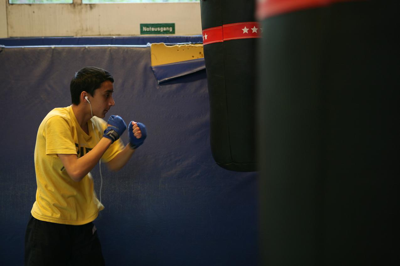"""Merwan, 14, nimmt gleich an zwei Trainingseinheiten teil. Es ist die letzte Chance zu trainieren vor seinem großen Kampf am nächsten Tag. Der wievielte Kampf es für ihn sei? """"Der erste!"""""""