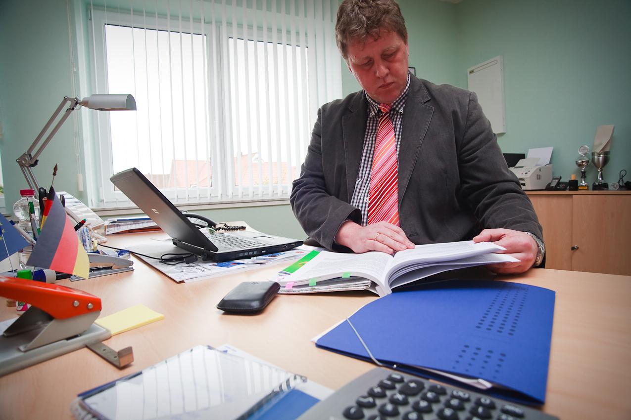In seinem Büro im Haus des Bürgers erledigt Antonius Pohlmann Amtsaufgaben stundenweise nach Feierabend und an Wochenenden.
