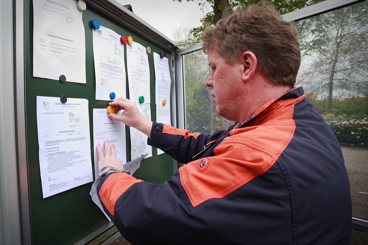Antonius Pohlmann erneuert regelmäßig nachmittags alle Bekanntmachungen zu Gemeindebeschlüssen im örtlichen Schaukasten.