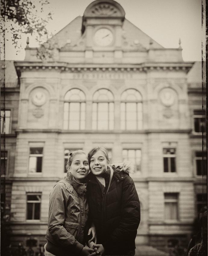 Freundinnen an einem Gymnasium in Konstanz: Eine Momentaufnahme vom Schulhof vor der Grunderzeitfassade. Ich hatte 20 Polapans 55, die letzten ihrer Art. Mitmachen konnte jeder. Gekommen sind fast nur Madchen.  Denise und Janina, beide zwölf Jahre alt. An der Schule, erzählen sie uns, gefällt ihnen eigentlich nichts.