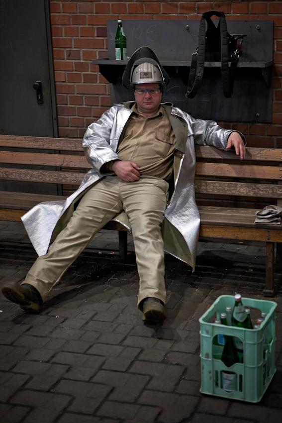 Während des ca. anderthalbstündigen Abstichs regeneriert sich Hochofenschmelzer Udo Brencic (44 Jahre und seit 25 Jahren bei Thyssen). Dafür werden auf der Gießbühne Bänke und Mineralwasser bereitgehalten.