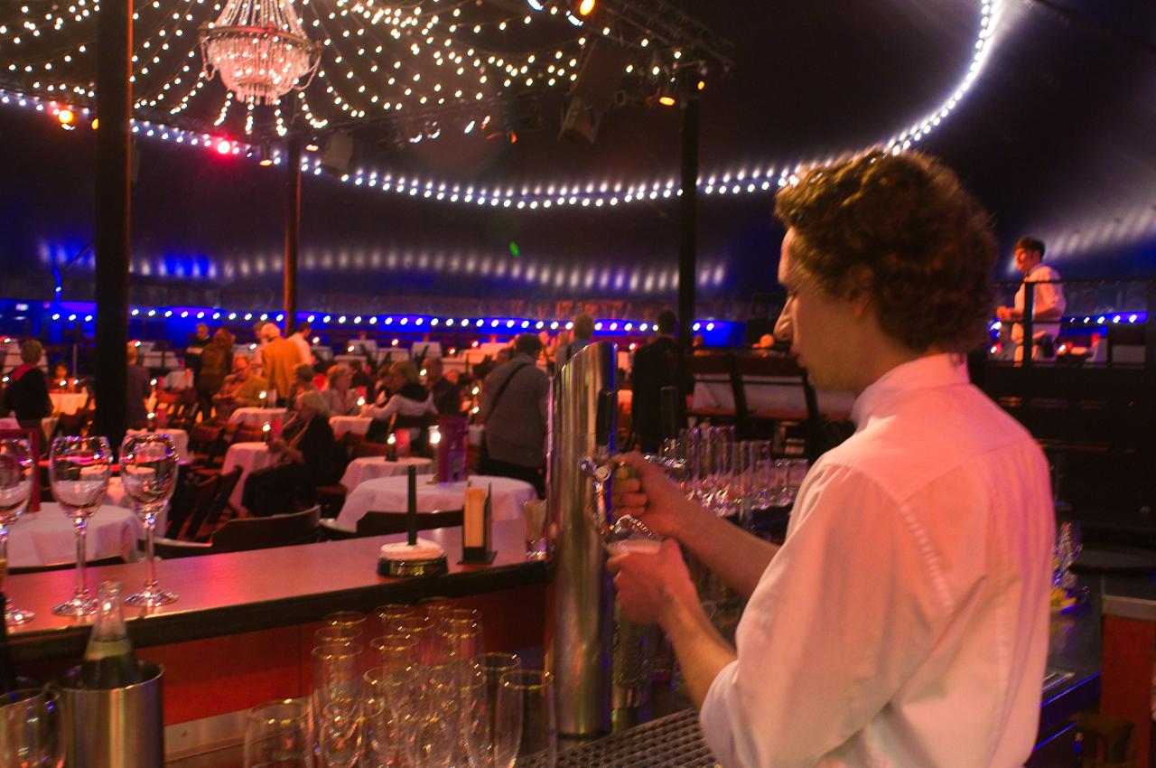Der Einlass des Publikums beginnt stets um 18.30 Uhr. Die Zeit bis zum Beginn der Show nutzen die Gäste gerne zum Essen à la Carte. Sven Habermann zapft routiniert frisches Bier vom Fass.