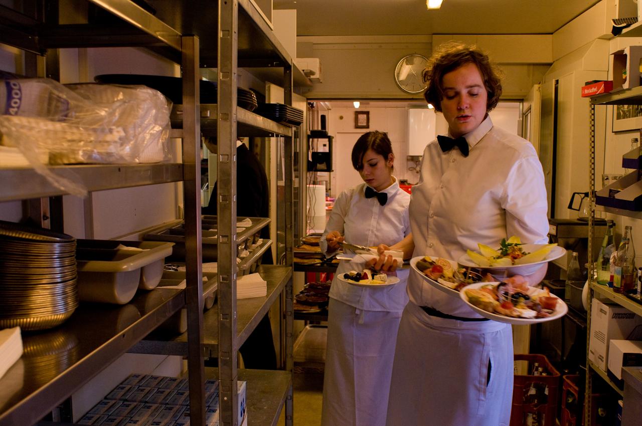 Die Servicekräfte Frauke Hofert (v.) und Isabell Borsdorf bringen den Gästen die ersten Speisen an den Tisch.