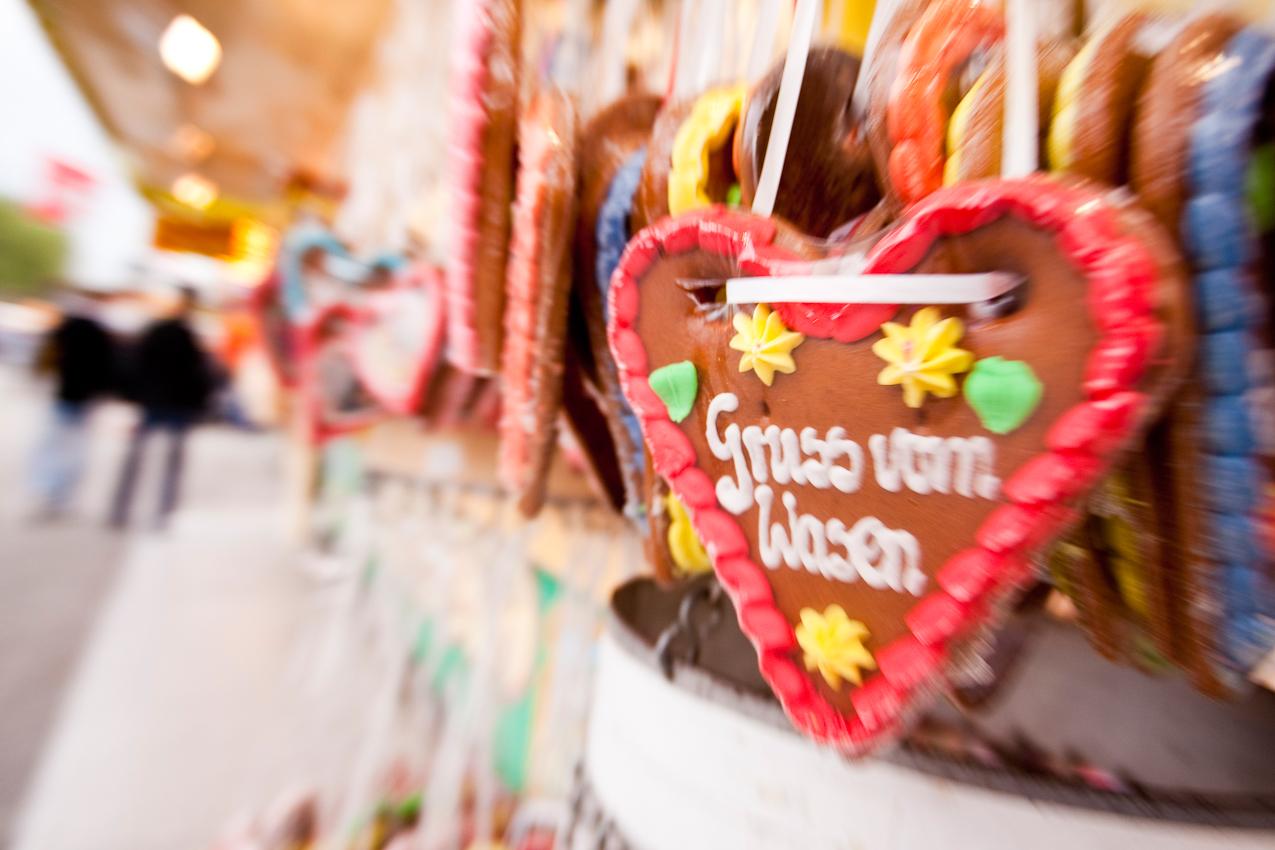 Lebkuchenherz mit stuttgarttypischer Aufschrift auf dem Stuttgarter Frühlingsfest.