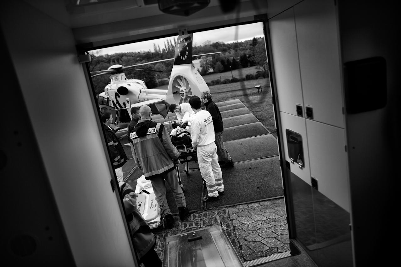Die Besatzung von Christoph 23 übernimmt einen Patienten nach einem Verkehrsunfall vom örtlichen Rettungsdienst zur Behandlung im Bundeswehrzentralkrankenhaus.