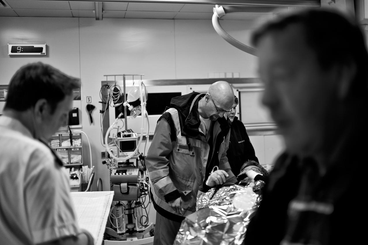 Oberstabsarzt Dr. med. Jens Schwietring übergibt im Schockraum des Bundeswehrzentralkrankenhauses einen Patienten.
