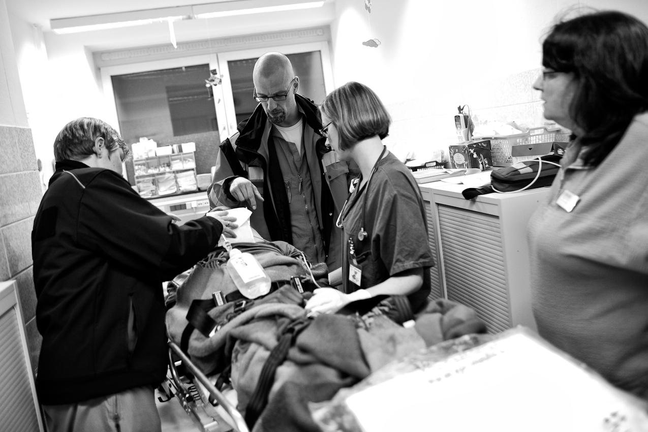Oberstabsarzt Dr. med. Jens Schwietring (Mitte) übergibt einen 14-jährigen Patienten in der Aufnahme der Kinderklinik der stadt. Kliniken Kemperhof in Koblenz.