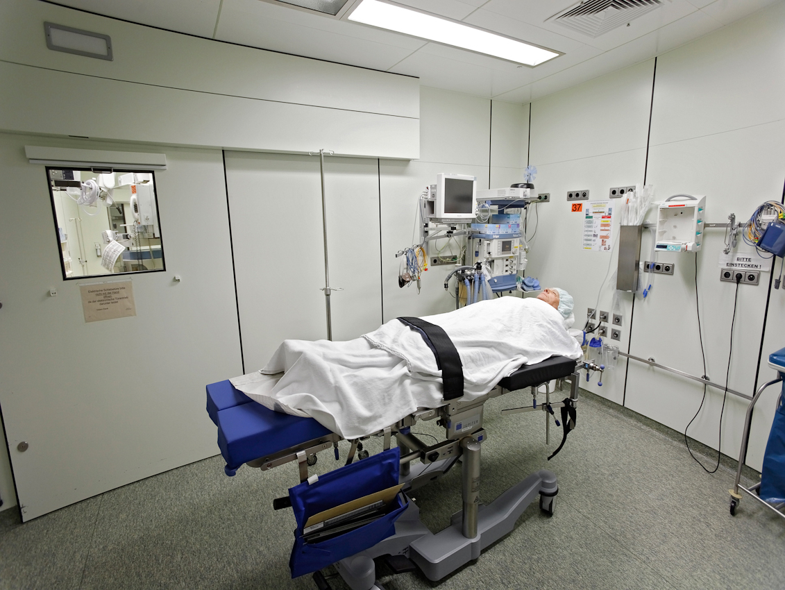 Patient Waldemar Goetz wartet im Vorbereitungsraum des OP-Saal 4.