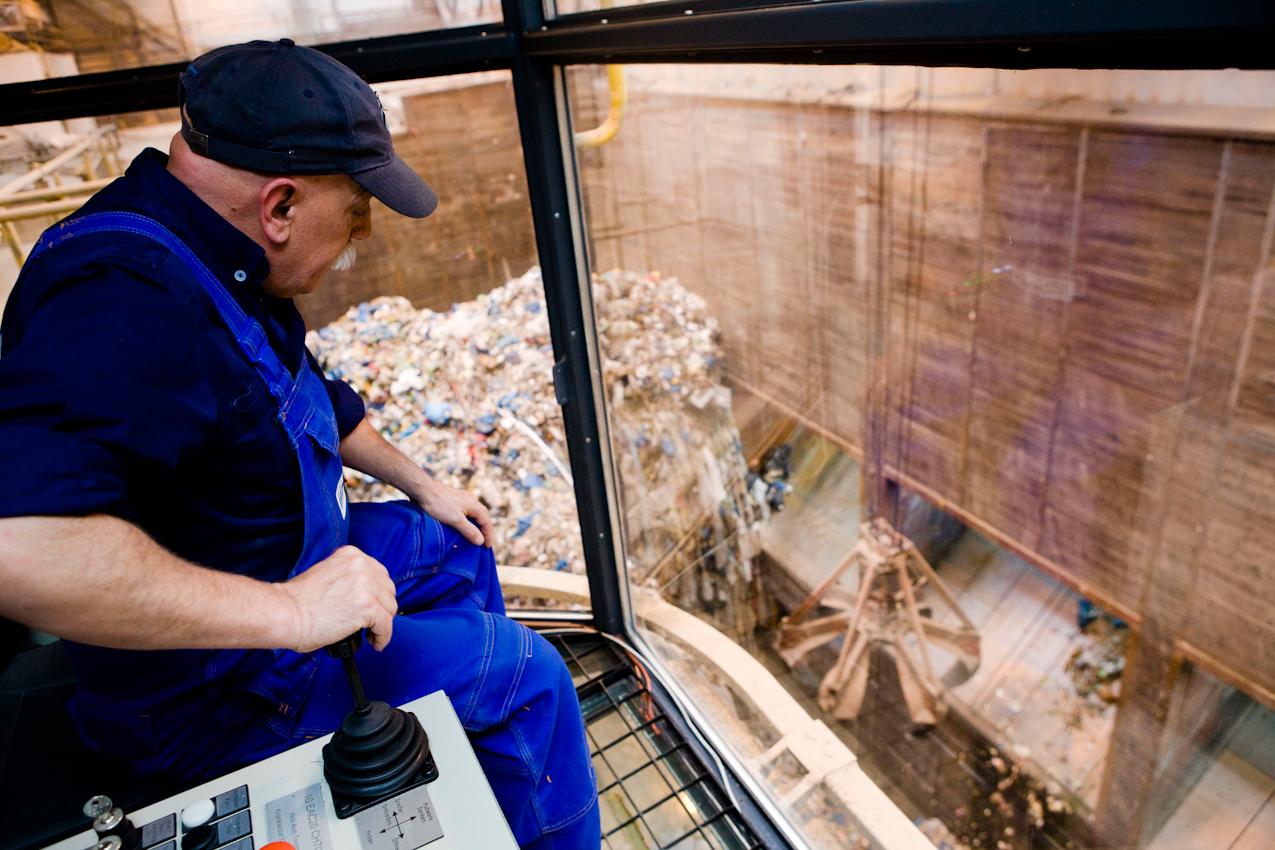 Der Kranführer Luigi Bossi holt mit seinem Kran Müll aus dem Müllbunker und lädt ihn in danach in den Aufgabetrichter, der zum Feuerraum führt.