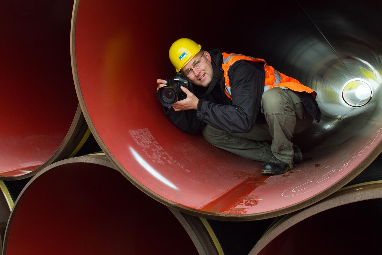 Fotograf Thomas Rosenthal bei der Arbeit in einem der 17,54m langen Rohrelemente auf dem Lagerplatz bei Dreesch (Brandenburg)