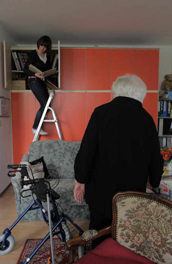 Linda sucht nach einem Fotoalbum, das Käthe ihr gerne zeigen möchte.