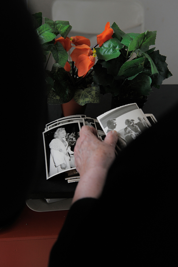 Käthe zeigt Linda Fotos, die sie als junge Fotografin am Flughafen Tempelhof gemacht hat.