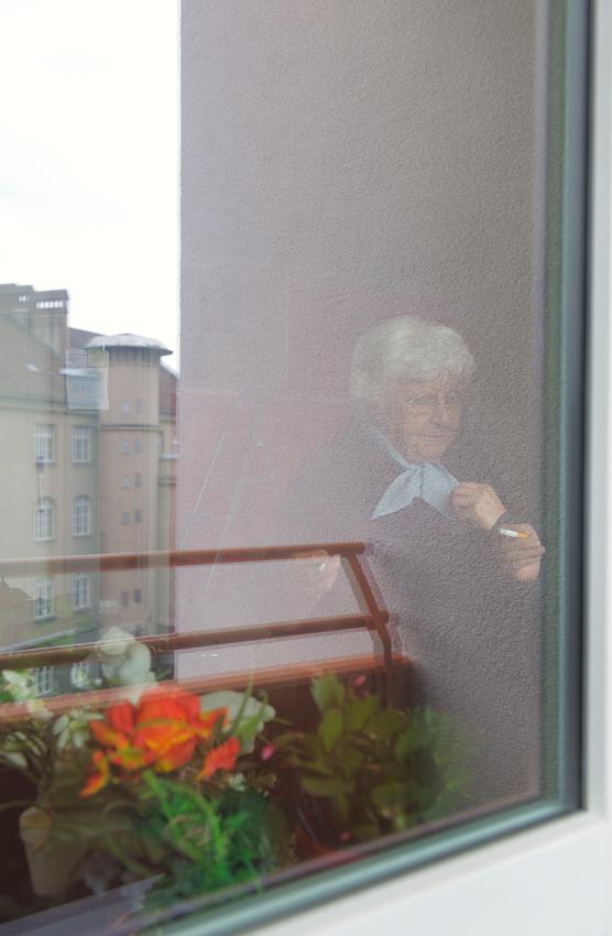 Käthe und Linda rauchen an der Balkontür eine Zigarette.