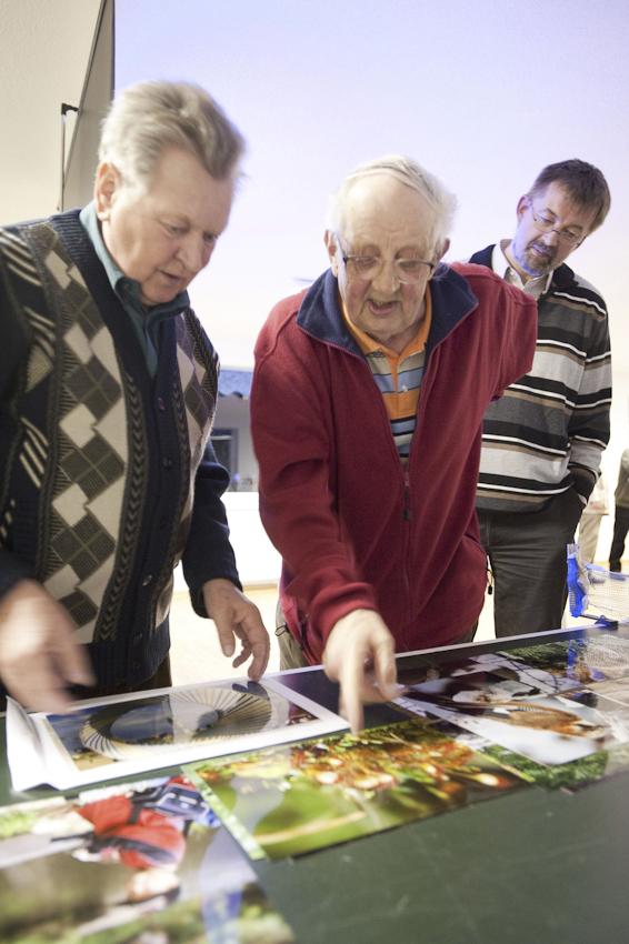 Die letzten analogen Fotografen zeigen, was sie drauf haben: Werner Klug (links) aus Rostock und Dieter Benke aus Groß Lusewitz präsentieren ihre Arbeiten. Ihr Rendsburger Kollege Rüdiger Plank sieht neugierig zu.