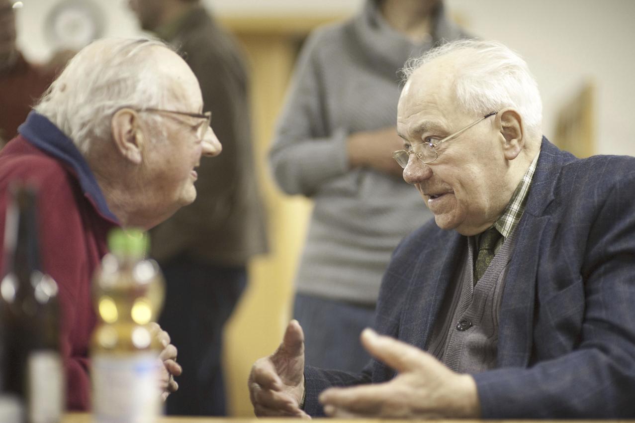 """Einer der """"alten Bützower Hasen"""": Der 86-jährige Albert Wendt (rechts) diskutiert mit Dieter Benke."""