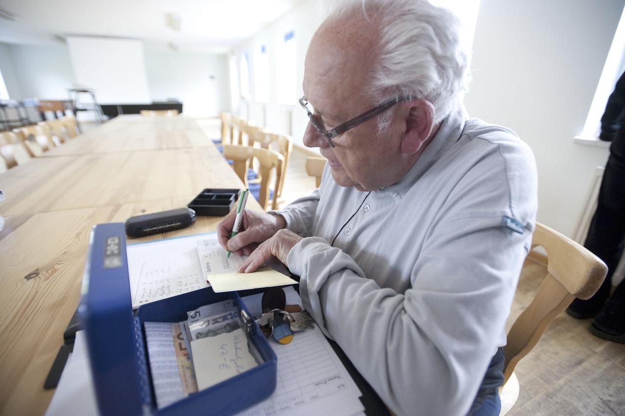 Herr der Zahlen: Dieter Donick (Jahrgang 1939) sorgt seit 1989 dafür, dass die Kasse der Bützower Fotografenvereinigung stimmt. Außerdem herrscht er über den Getränkevorrat und ist daher der wichtigste Mann am Wochenende.